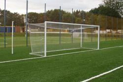 Bramka stacjonarna aluminiowa do piłki nożnej; 7,32x2,44m; z masztami, ramą dolną i tulejami